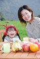 タイトル:ピクニックテーブルに座る母と娘
