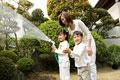 タイトル:庭に水をまく親子