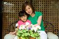 タイトル:花を見る親子