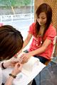 タイトル:ネイルを施される女性