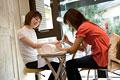 タイトル:爪を整えてもらう女性