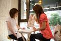 タイトル:ネイルデザインを選ぶ女性