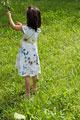 タイトル:葉っぱを触る少女
