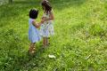 タイトル:草原で遊ぶ姉妹