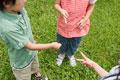 タイトル:ジャンケンをする子供たち