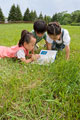 タイトル:草原で本を読む子供たち