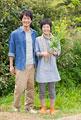 タイトル:菜の花を持って立つ男女