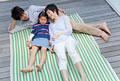 タイトル:ベランダで寝転ぶ親子3人