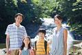 タイトル:渓流に立つ家族4人