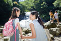 タイトル:渓流で娘の手を握る母親