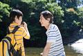 タイトル:渓流で向かい合う父親と息子