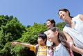 タイトル:遠くを見つめる家族4人