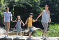 タイトル:渓流の橋を渡る家族4人