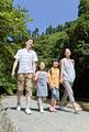 タイトル:行楽地を歩く家族4人