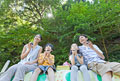 タイトル:屋外で弁当を食べる家族4人