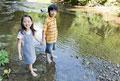 タイトル:渓流で水遊びをする男の子と女の子