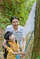 タイトル:昆虫採集をする父親と息子