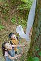 タイトル:昆虫採集をする男の子と女の子