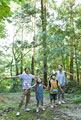 タイトル:森林浴をする親子4人