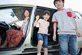 タイトル:車から降りる子供2人と母親