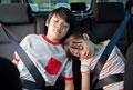 タイトル:車の後部座席で眠る子供2人