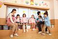 タイトル:教室で遊ぶ幼稚園児と幼稚園教諭