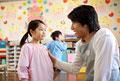 タイトル:女の子に話しかける幼稚園教諭
