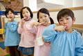 タイトル:並んで歯を磨く幼稚園児4人