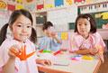 タイトル:折り鶴を手に持つ女の子