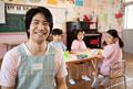 タイトル:教室で笑う幼稚園教諭
