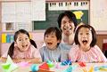 タイトル:子供3人と幼稚園教諭の笑顔