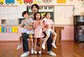 タイトル:子供3人を抱く幼稚園教諭