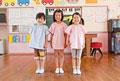 タイトル:並んで立つ幼稚園児3人