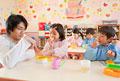 タイトル:弁当を食べる幼稚園児と幼稚園教諭