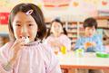 タイトル:おにぎりを食べる女の子