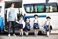 タイトル:バスの前に並んで立つ幼稚園児と幼稚園教諭