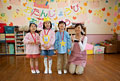 タイトル:お誕生日会を行う幼稚園児と幼稚園教諭