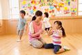 タイトル:保育所内で遊ぶ子供達と保育士
