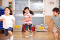 タイトル:保育所内で走る子供達