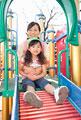 タイトル:遊具で遊ぶ女の子と保育士