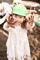 タイトル:泥遊びをする女の子