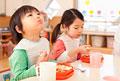 タイトル:給食を食べる男の子と女の子