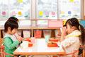 タイトル:給食を食べる子供4人