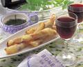 タイトル:トマトとチーズの春巻きと赤ワイン