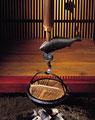 タイトル:囲炉裏に吊るされた鍋