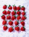 タイトル:氷の上の複数のイチゴ