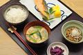 タイトル:焼き鮭と納豆の朝食