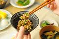 タイトル:納豆をかき混ぜる