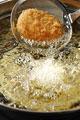 タイトル:コロッケを揚げる