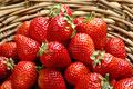 タイトル:かごに盛られたイチゴ(あまおう)